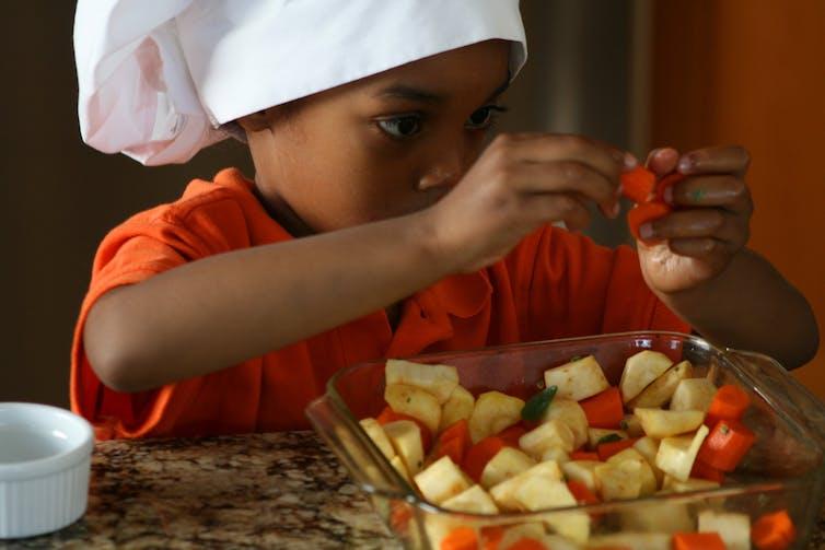 Maths, lecture et nutrition : tout ce que la cuisine apprend aux enfants