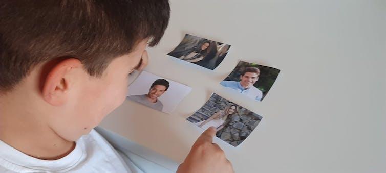 Un niño, durante una de las fases de la investigación.