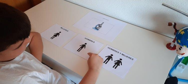 Un niño identifica el uso de un microscopio con la figura de un hombre.