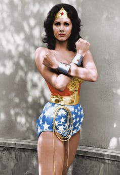 Lynda Carter como la Mujer Maravilla (Wonder Woman) en la serie del mismo nombre, 1976.Wikimedia Commons / ABC Television