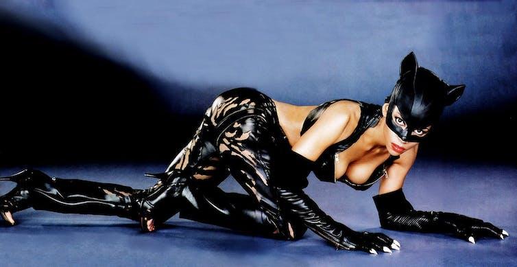 Halle Berry en la película Catwoman (Pitof, 2004). IMDB