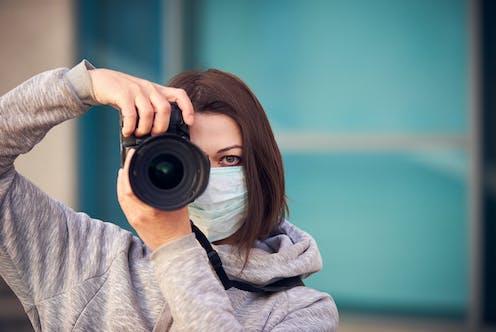 Fotógrafa mirando a cámara.