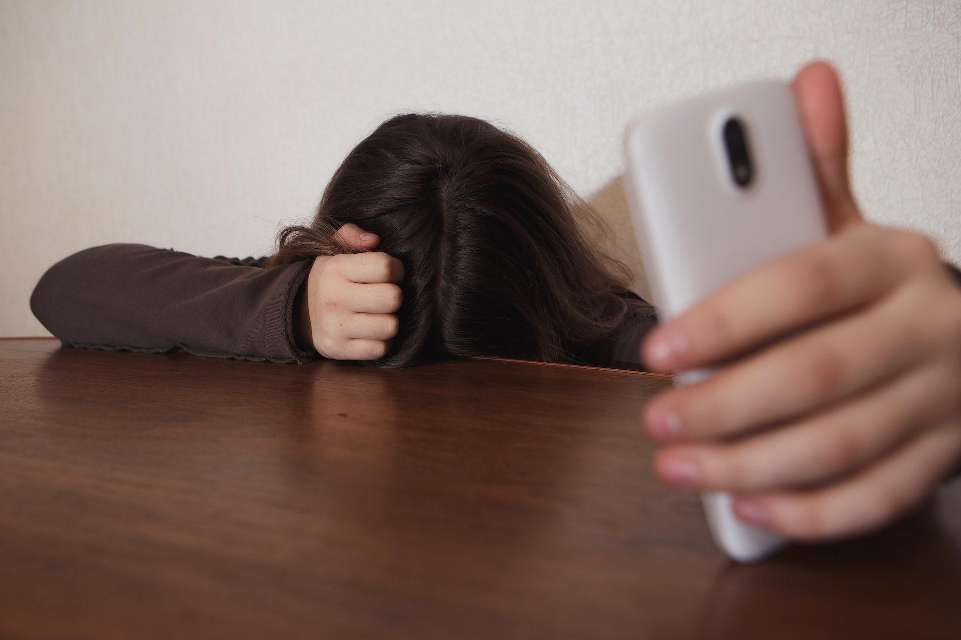 Las redes sociales y el WhatsApp, principales formas de abuso entre parejas adolescentes