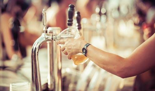 Tirador de cerveza en un bar.