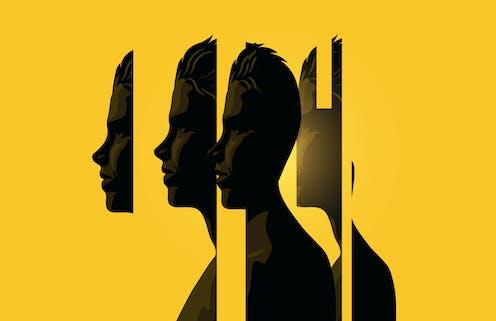 Composición artística de un perfil humano seccionado sobre fondo amarillo.