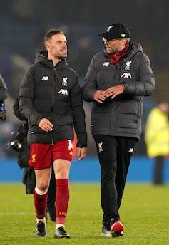 Jurgen Klopp talks to Jordan Henderson on the pitch