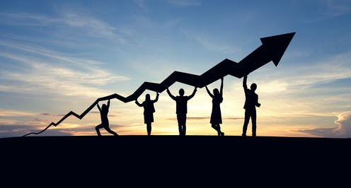 cinco personas sostienen una curva de resultados ascendente