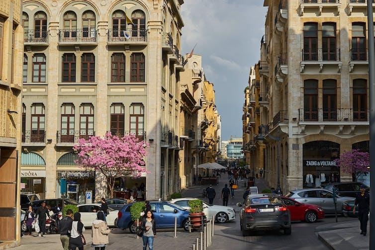 Centre ville avec cafés et immeubles