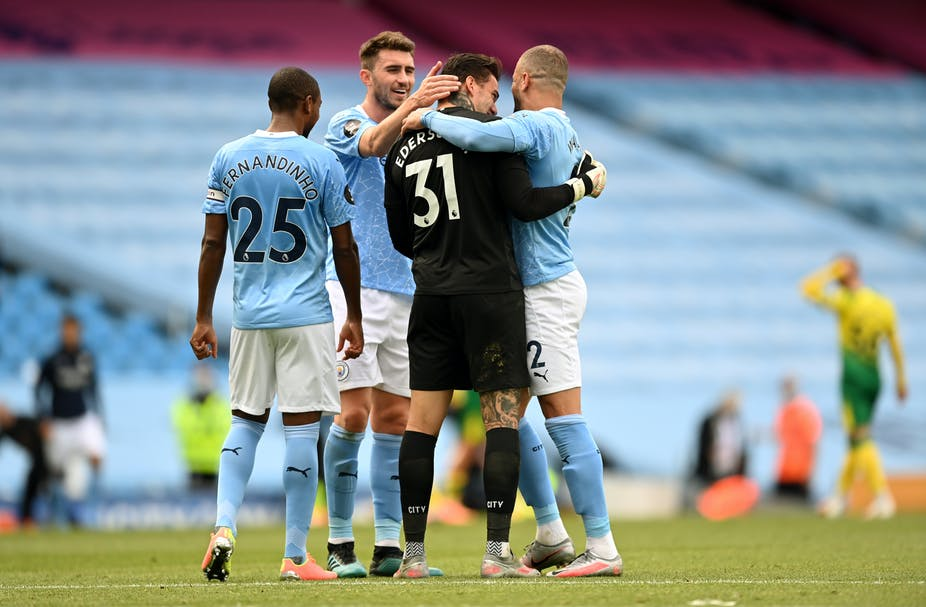 Manchester City goalkeeper cebrates with team mates
