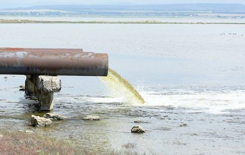 Tubería que expulsa aguas residuales