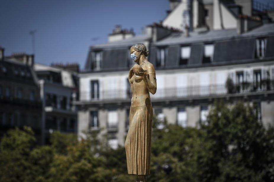 Statue masquée place du Trocadéro à Paris le 6 août.