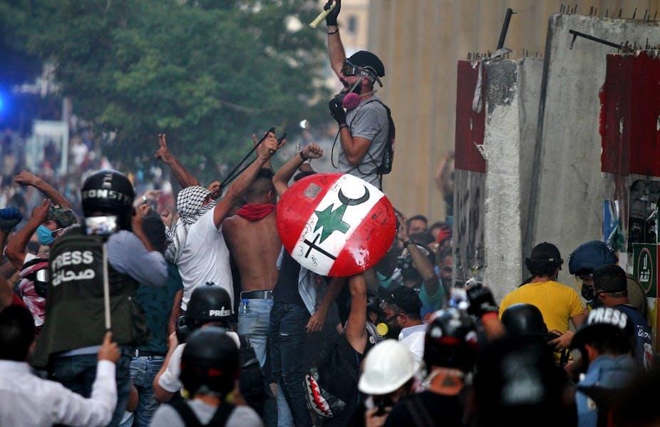 Des manifestants affrontent les forces de sécurité au centre-ville de Beyrouth le 10 août.