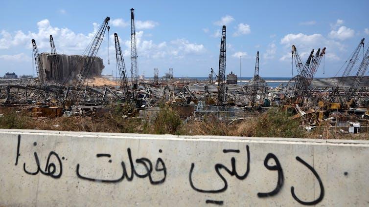 Vue du port de Beyrouth détruit slogan sur mur
