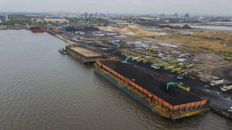 Aktivitas bongkar muat di pelabuhan.