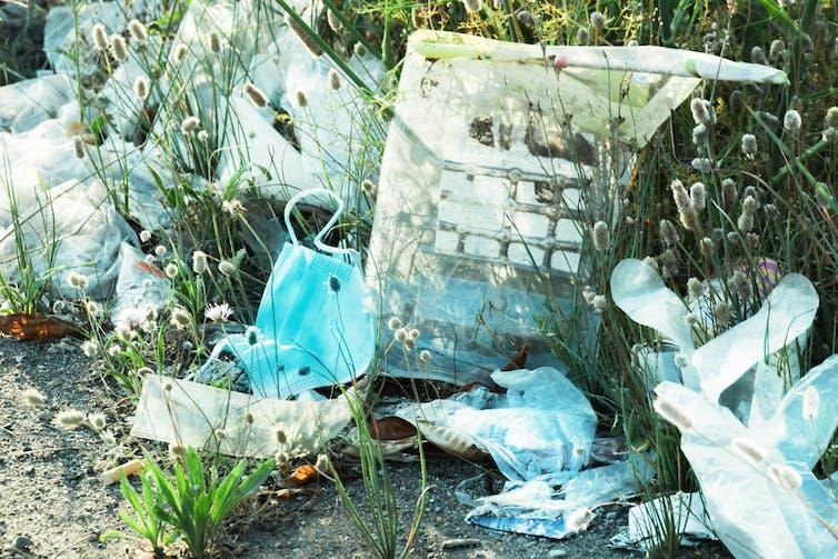 maszkok és műanyagok a fűben eldobva