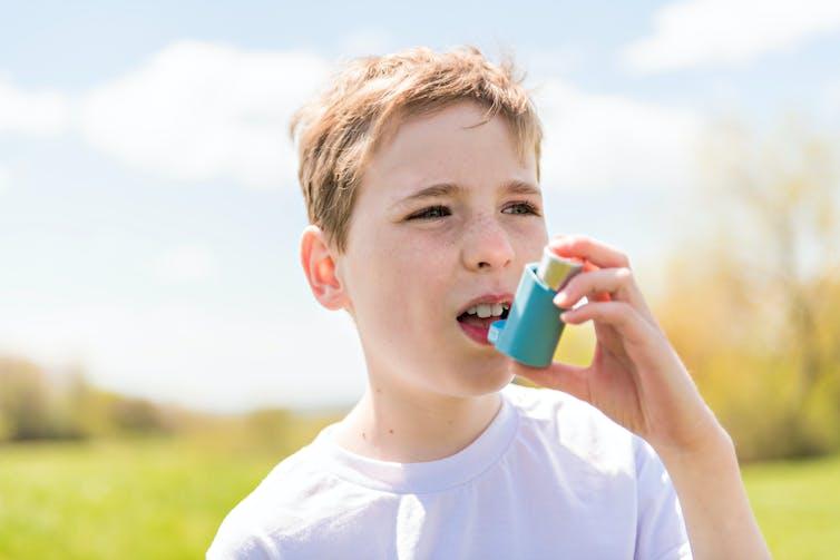 Niño usando inhalador.