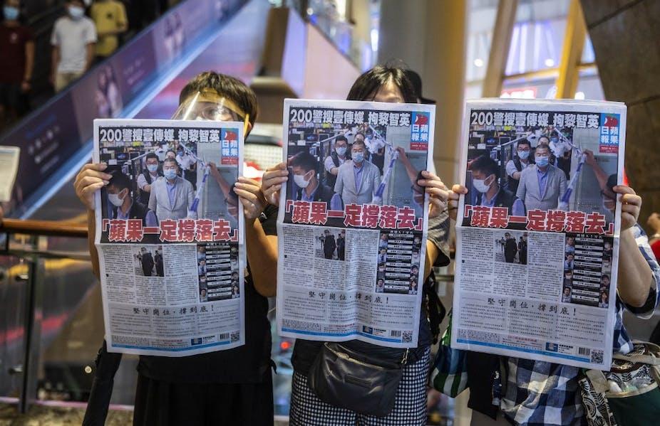 Des manifestants brandissent le journal Apple Dailyà Hong Kong