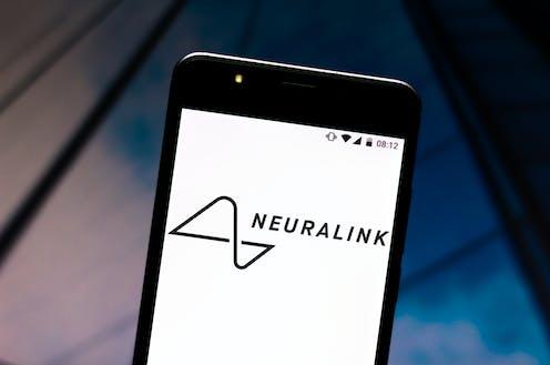 Móvil con el logotipo de Neuralink