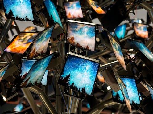 Varias pantallas con imágenes diversas.