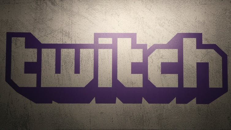El logo morado de Twitch en una pared.