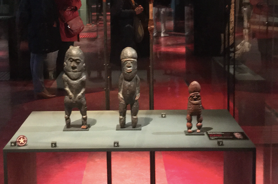 La statuette féminine kanak (ici au centre) est visible au musée du Quai Branly à Paris.