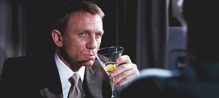 Daniel Craig boit un cocktail « Vesper Martini »