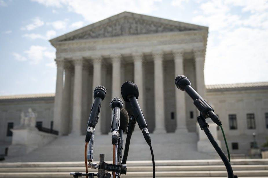 Des micros placés devant le bâtiment de la Cour suprême des États-Unis à Washington, DC.