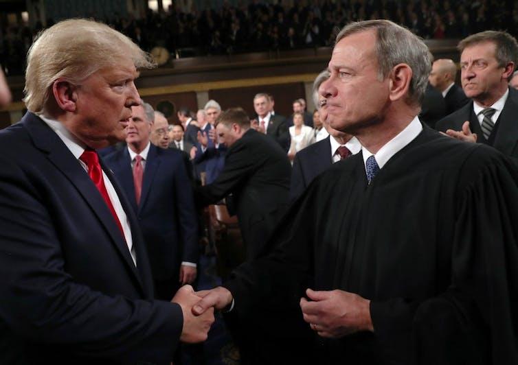 Donald Trump serre la main de John Roberts