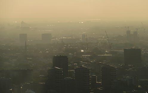 Vista aérea de una ciudad cubierta por contaminación.