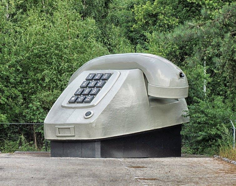 Un teléfono gigante de estilo antiguo