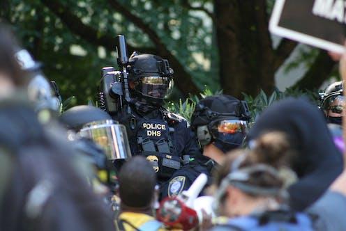 Policía antidisturbios en Portland.