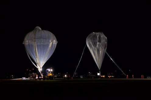 De nuit, lancé de deux ballons stratosphériques.