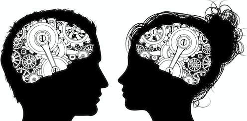 Siluetas negras de cabezas de hombre y mujer con engranajes mecánicos dibujados sobre el cerebro.