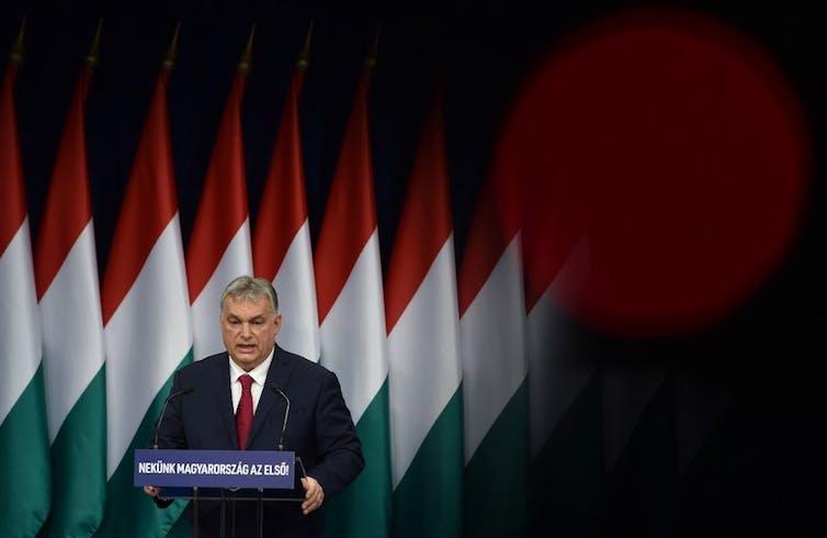 Viktor Orbán sur fond de drapeaux hongrois
