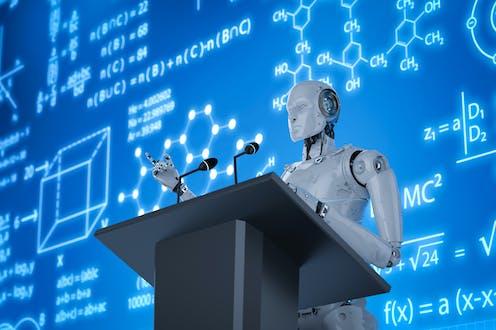 Un robot imparte una conferencia ante una pantalla azul.