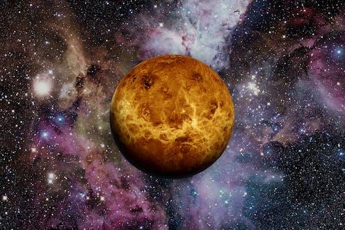 Venus sobre un fondo de estrellas y nebulosas.