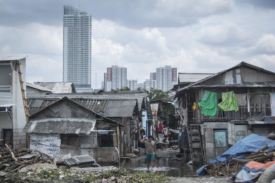 Warga beraktivitas di Kampung Nelayan Muara Angke, Jakarta.