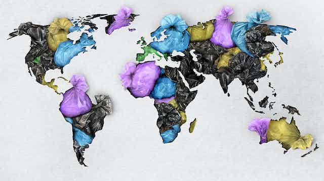 Mapa mundi confeccionado con bolsas de basura.
