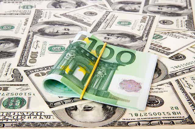 Billetes de euros y dólares