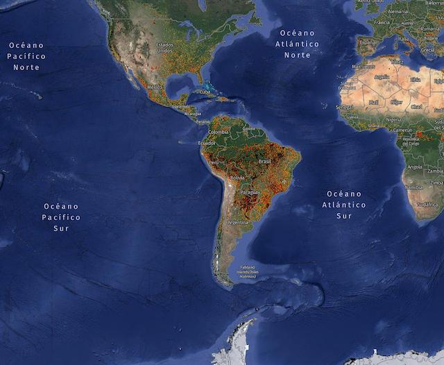 Mapamundi, centrado en América latina, que muestra con puntos rojos los incendios en curso en el mundo.