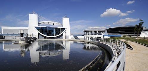 La station d'épuration de Vitrolles: bassin au premier plan, bâtiment moderne à l'arrière.