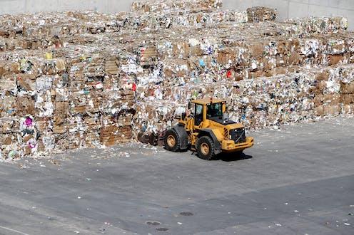 Truk pengangkut sampah di tumpukan ratusan sampah.