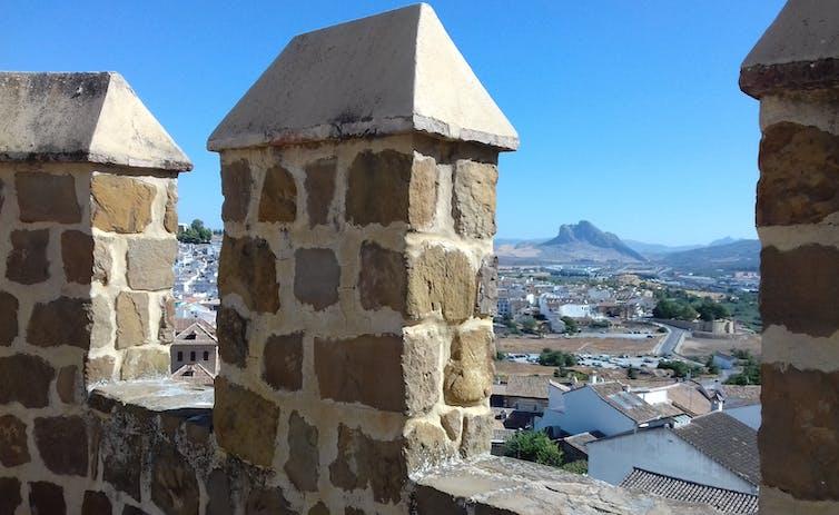 Imagen de los paisajes circundantes a Antequera desde las almenas de la muralla exterior de su imponente Alcazaba.