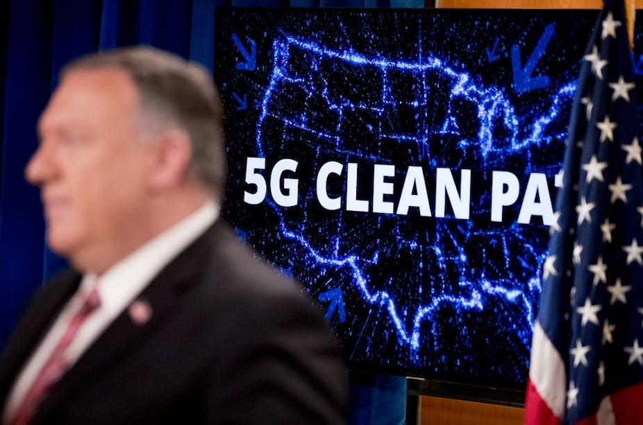 Mike Pompeo devant une carte des États-Unis portant le slogan «5G Clean Path»