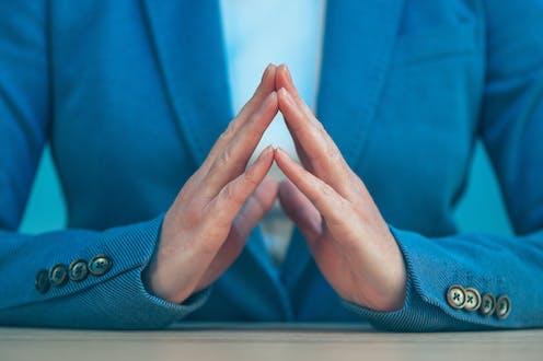 Manos de mujer con gesto equilibrado.