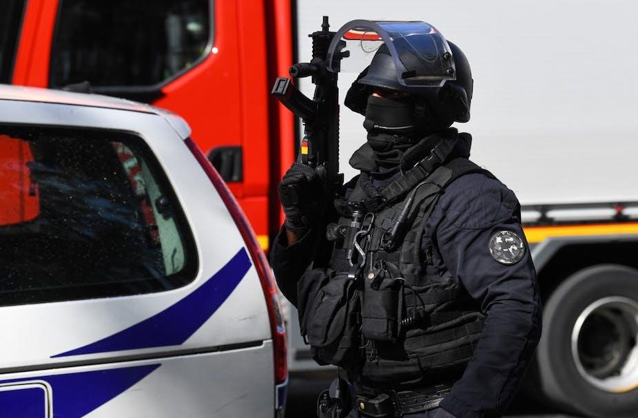 Policier des forces spéciales devant Charlie Hebdo