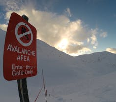 A red avalanche warning sign.
