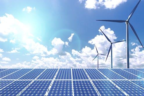 Paneles solares y generadores eólicos.