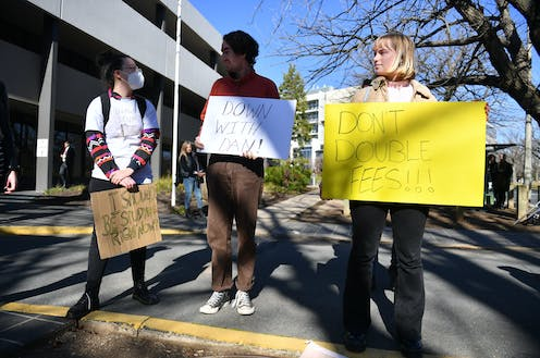 Stduents protest against the government's changes to higher education