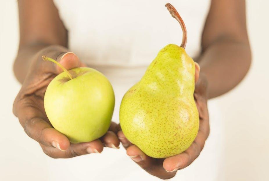 Personne tenant une pomme et une poire.